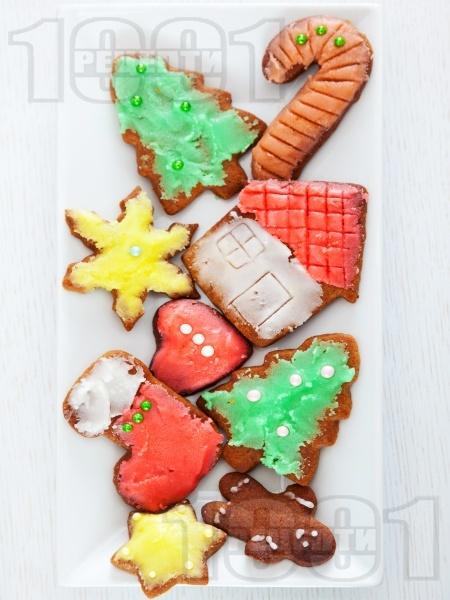 Коледни меденки / курабийки със захарна глазура - снимка на рецептата